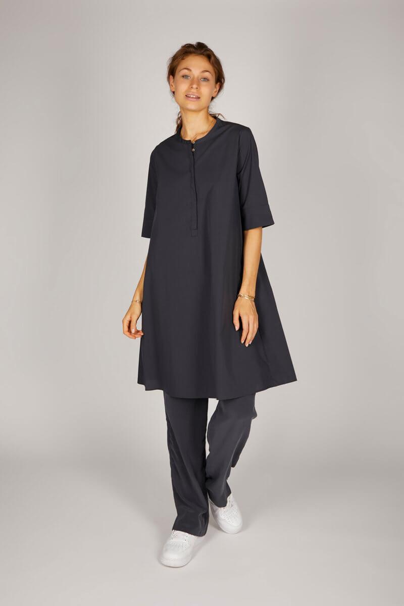 PHOEBE – Hemdblusenkleid mit verlängertem Halbarm – Farbe: Schiefer